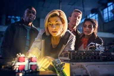 Кадры из фильма Доктор Кто: Женщина, которая упала на Землю (Doctor Who: The Woman Who Fell to Earth)